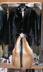 Продается черная длинная женская шуба (S).